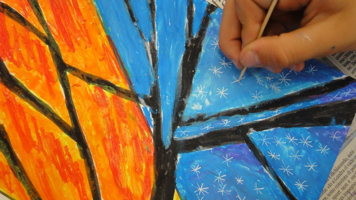 Nelle classi prime abbiamo lavorato ancora sulle texture ma questa volta usando i pastelli ad olio e scoprendo tutte le possibilità tecniche di questi colori. dopo aver disegnato un grande albero a…