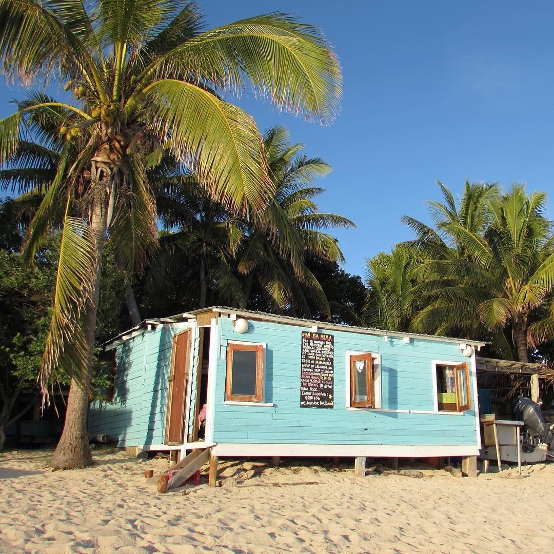 """A Fiji house.  . Essa é uma casinha """"top"""" perto das outras casas que vi dentro da vila, em Mana Island. É tudo super simples e construído por eles. Sem internet. Sem luz (só depois das 18h). Um ou outro morador tem TV  e todo mundo da Vila se reúne pra assistir quando tem um jogo importante. Tudo bem simples e eles continuam sorrindo todos os dias , fazendo a gente pensar 2x antes de reclamar de tudo o tempo todo. #nomadiccarol #carolprates #fiji"""