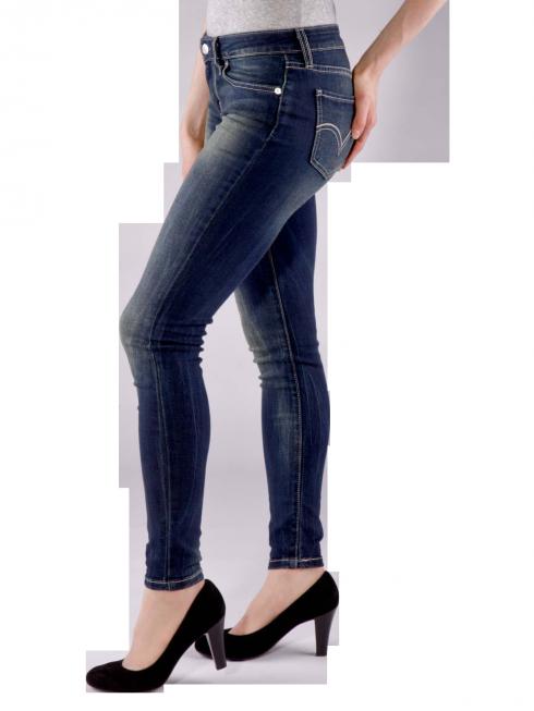 #LEVIS 535 #JEGGING REVIVAL Die Levi's 535 Jegging revival in dark blue besticht nicht nur durch ihre hauteng anliegende Passform, zusätzlich kontrastieren die gelben/weissen Nähte sowie der silber farbene Button mit dem Blauton der #Jeans optimal. http://bit.ly/11ltRrt
