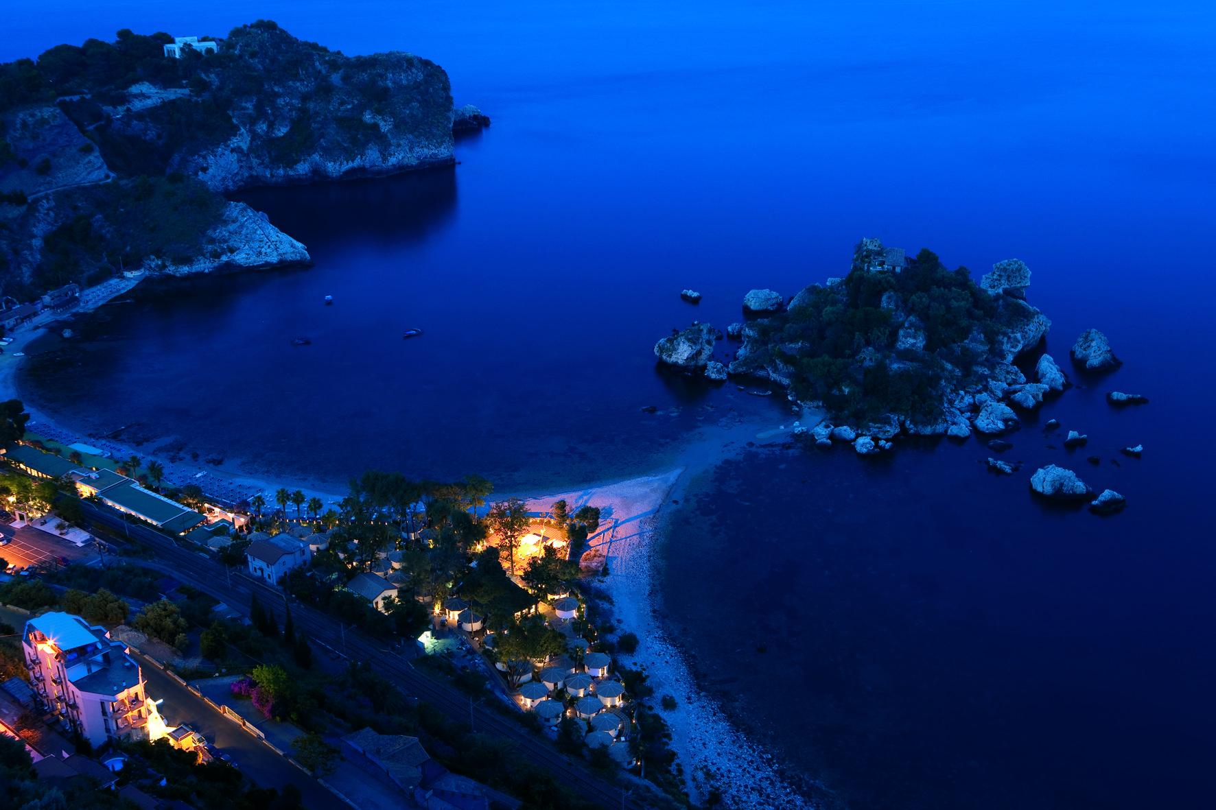 Direttamente  sulla spiaggia, a pochi passi dalla funivia per il centro storico di Taormina, da qualsiasi   angolo del La Plage Resort e della sua spiaggia si gode una vista mozzafiato sulla baia di   Isola Bella.
