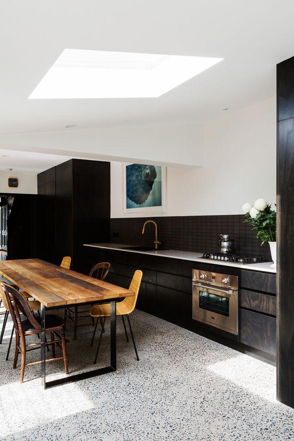 Magnifique cuisine moderne Revêtement de sol terrazzo, table en