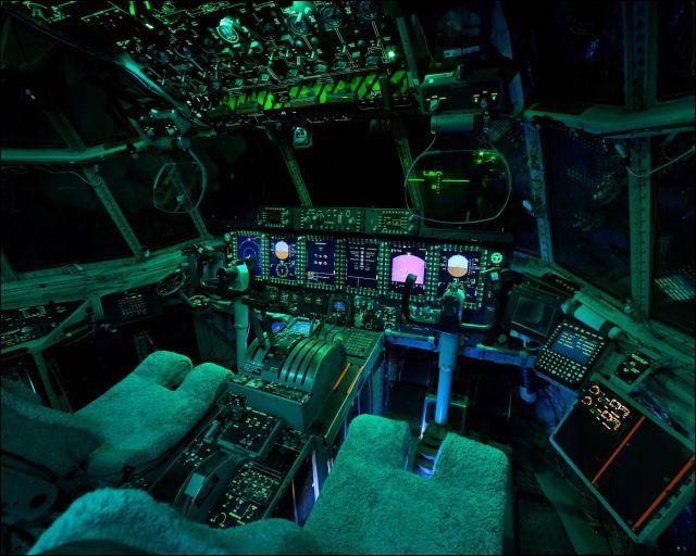 ボタンとメーターとディスプレイが山盛りな飛行機のコックピットの画像22枚 - DNA