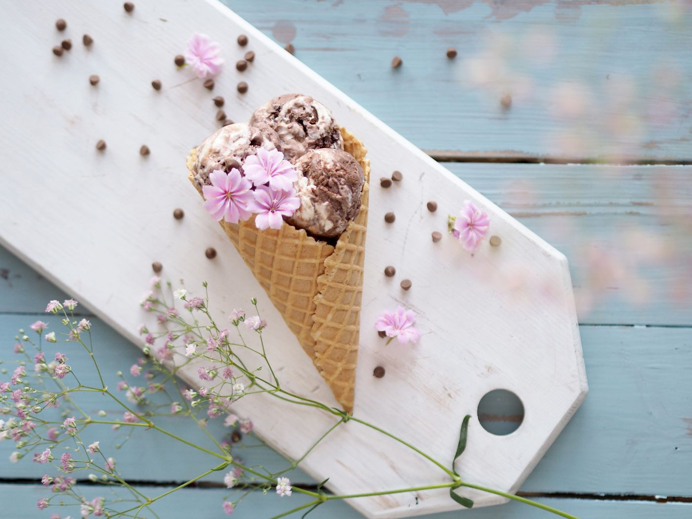 Ice cream cone and blossoms / Pupulandia // Pro tips for taking food photos