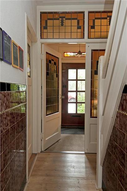 Betegelde lambrisering in de gang met dubbele deuren glas in lood ...