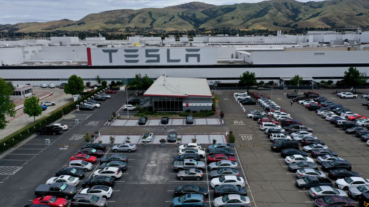 Tesla Factory Inspected By Police While It S Supposed To Be Shut Down Elon Not Arrested Tesla Tesla Factory Car Prices