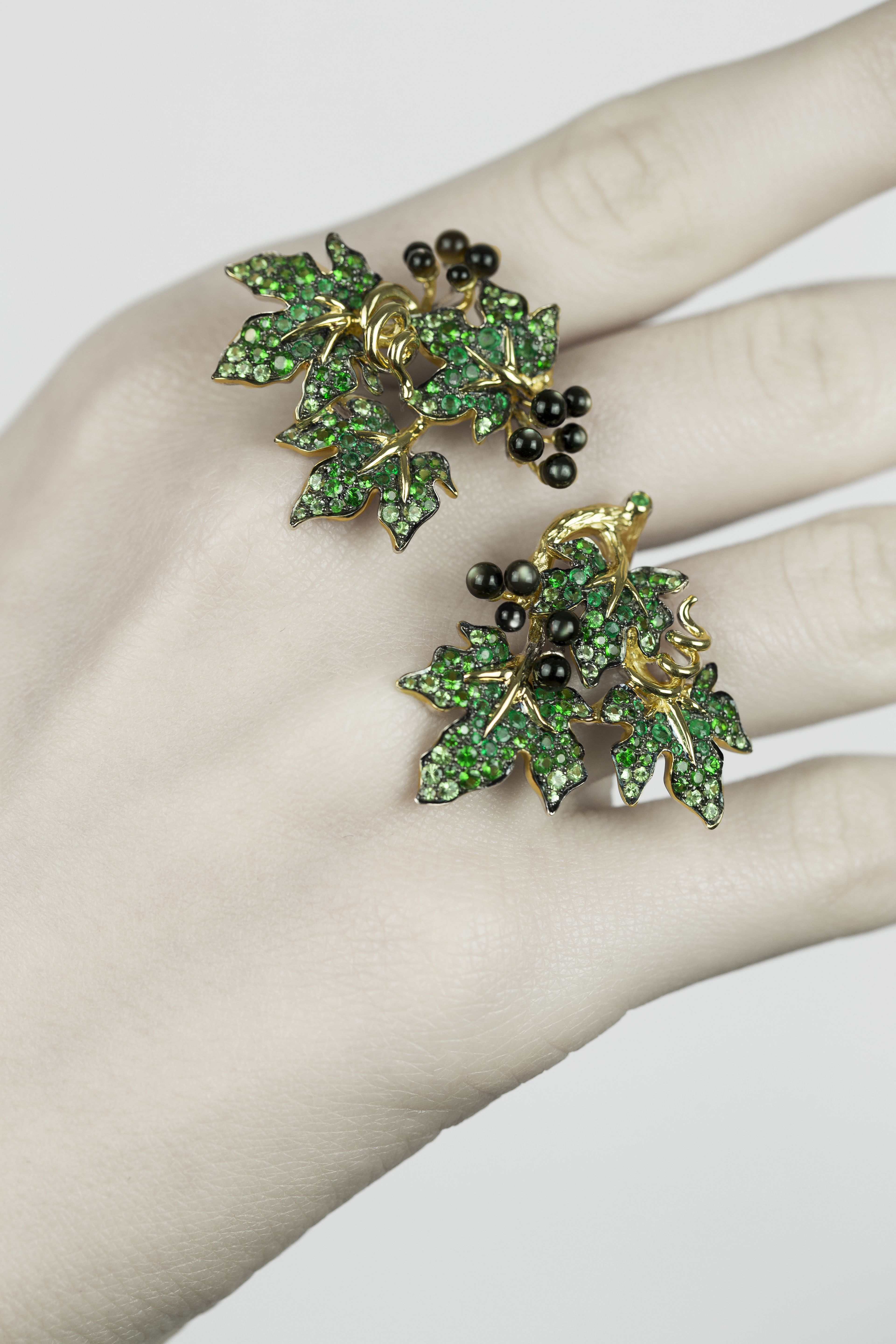 Morphée Millésime ('Vintage') between-the-finger ring with emeralds, tsavorites and grey pearled nacre set in 18K yellow gold - leaves and berries or grapes