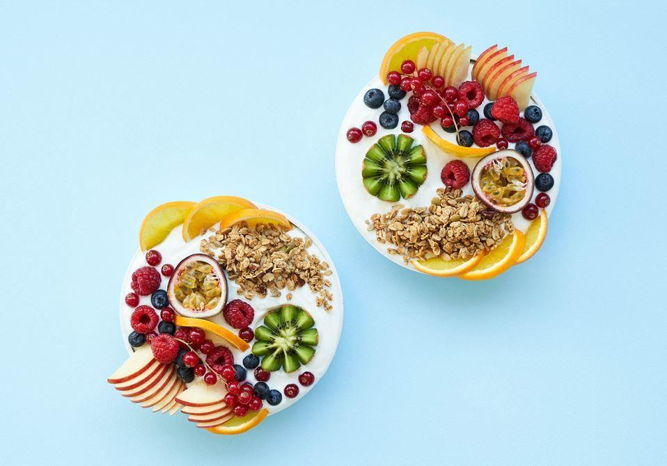 Skyr med frugt og granola - Hurtig Opskrift - Arla