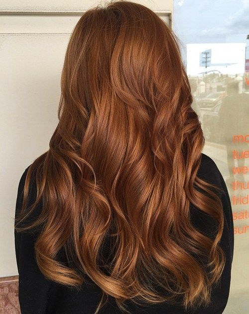 Corte de pelo largo ondulado de cobre