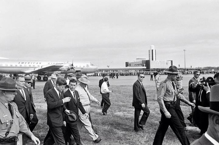 1961. 29 Octobre. Arrival at Fort Smith Airport, Arkansas. JFK