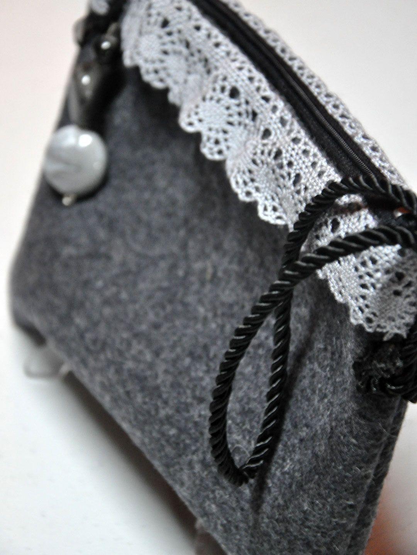 Bolso de mano realizado en tela de paño decorado con tela bordada gris y flor fieltro en colores gris y negro. Tirador con detalles de pedrería a juego. http://www.chanchelcomplementos.com/en/shopping/categoria-bolsos/bolso-de-pano-detail.html