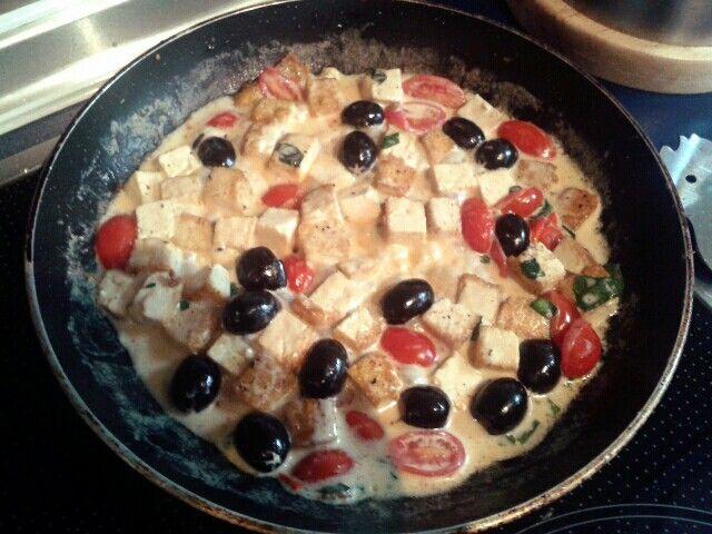 Tofusoße <3 : Tofu in Würfel schneiden. In eine Schüssel zusammen mit Olivenöl, Salz, Pfeffer und Basikilum geben und rühren bis das Tofu genügend benetzt ist. In einer Pfanne von allen Seiten auf mittlerer Stufe goldbraun anbraten.  Nudeln gewohnt in Salzwasser kochen. Wärend dessen gwschnittene Cocktailtomaten, Oliven und friscgen Basilikum zusammen mit leichter Sahne oder Creme fraiche zum Tofu geben, zusammen erhitzen und vermengen. Am Ende auf die fertigen Nudeln geben, vermengen kurz…