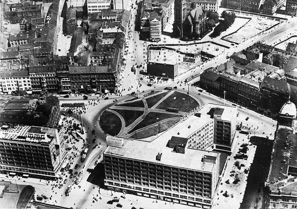 Luftaufnahme Vom Alexanderplatz 1935 Interessant Ist Die Scheinfassade Anstelle Des Hauses Zu Den 99 Schafskopfen Rechts Vom Bilder Berlin Geschichte Berlin