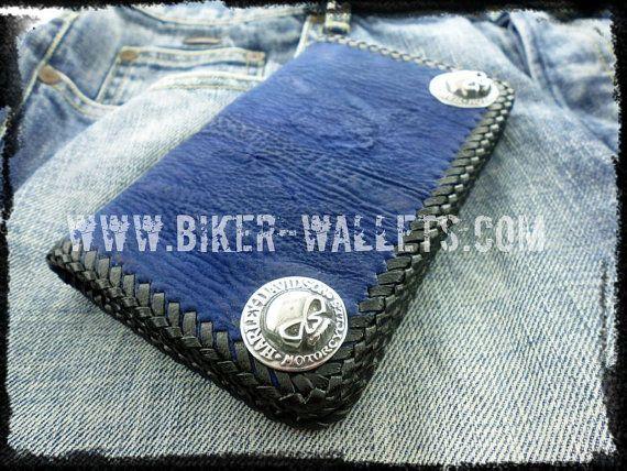 He encontrado este interesante anuncio de Etsy en https://www.etsy.com/es/listing/180297251/blue-shark-leather-mens-biker-custom