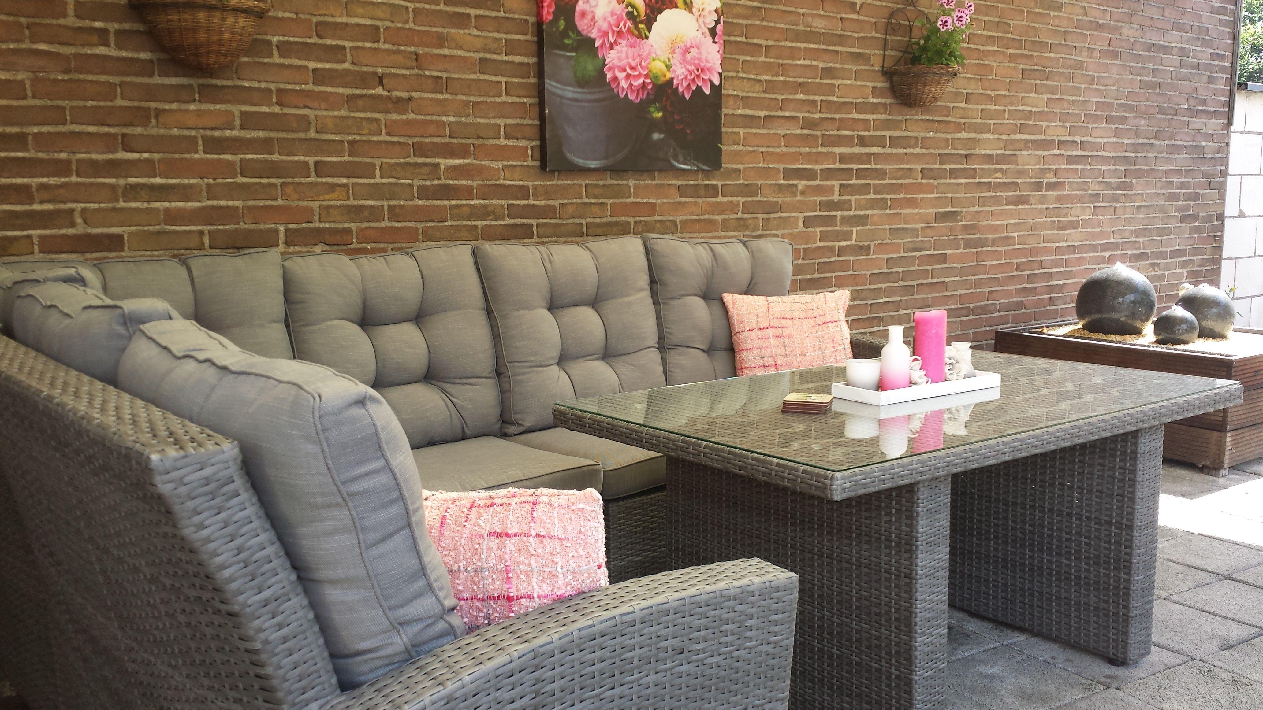Loungeset landelijk met dikke, romantische kussens in de kleur grijs ...