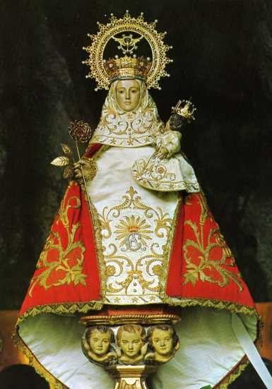 La Santina La Virgen De Covadonga Virgen De Covadonga Figuras Religiosas Covadonga Asturias