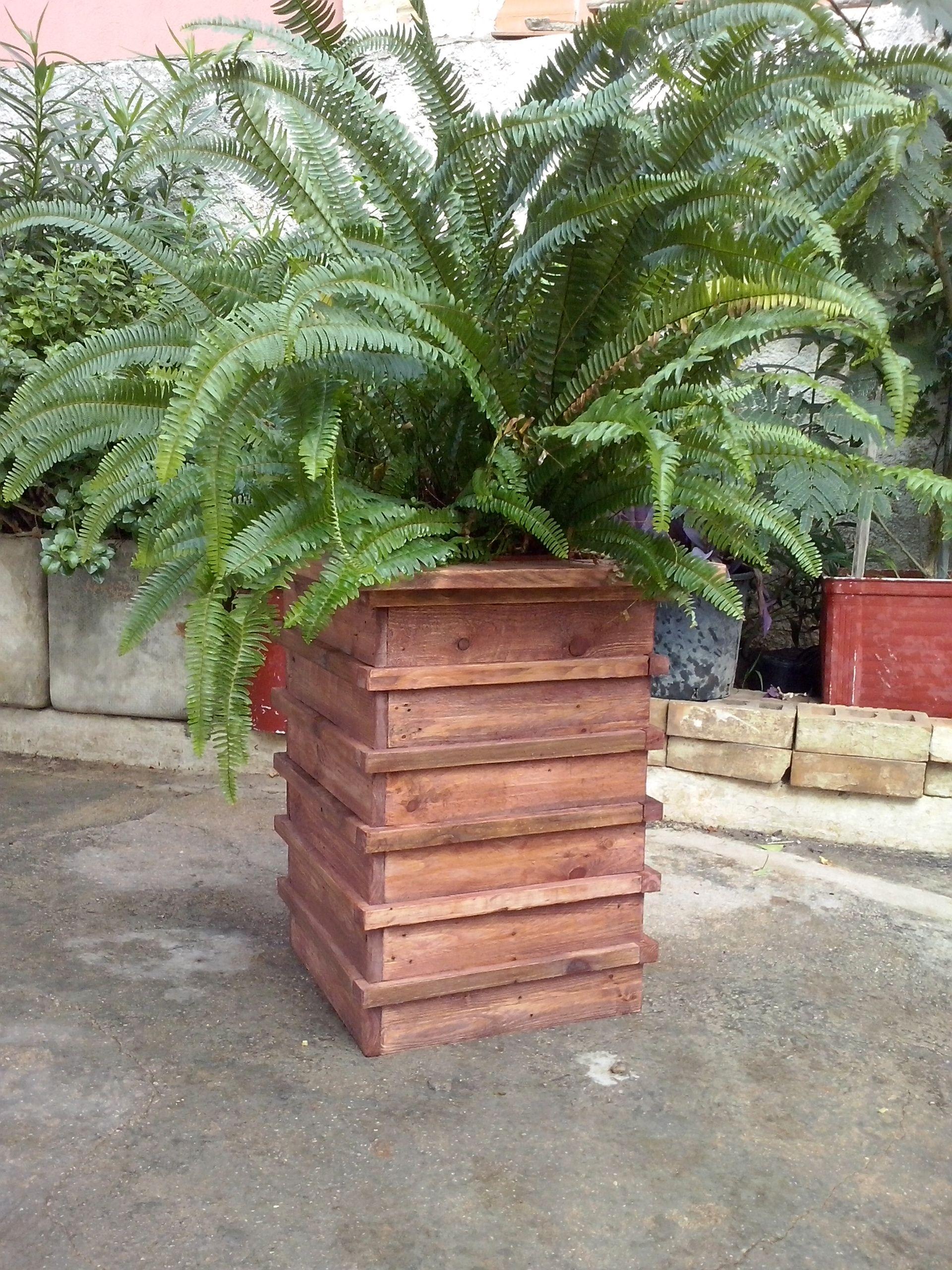 macetero pilar realizado con madera de palets usados
