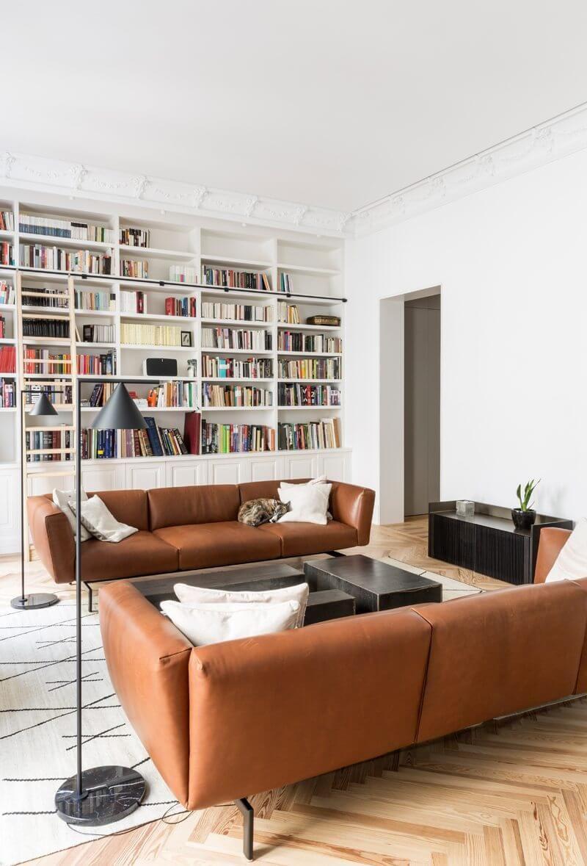 Wohnzimmer Ledersofas Cognac Teppich Weiss Geometrisches Muster