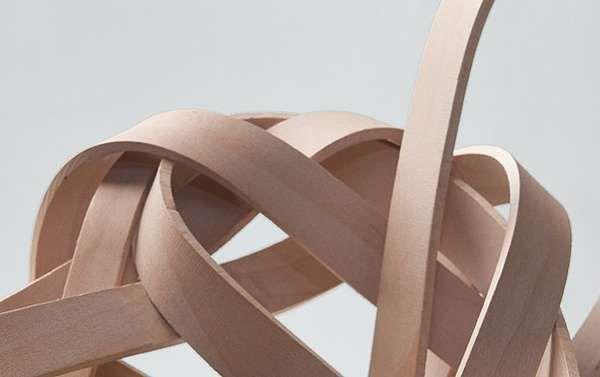 BENDYWOOD  je drevo, ktoré ohnete aj holou rukou --- (dizajnový objekt na obrázku je od Petry Pavelkovej) --- Je to masívne tvrdé drevo (buk, dub, jasan, javor) upravené špeciálnym termo mechanickým procesom. Drevo je potom naozaj  možné ohnúť aj v studenom stave (narozdiel od iných techník ohýbania dreva).