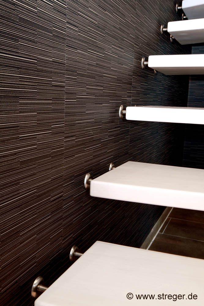 Die Stufen werden von Wandbolzen in Gummikonsolen getragen Das - holz treppe design atmos studio