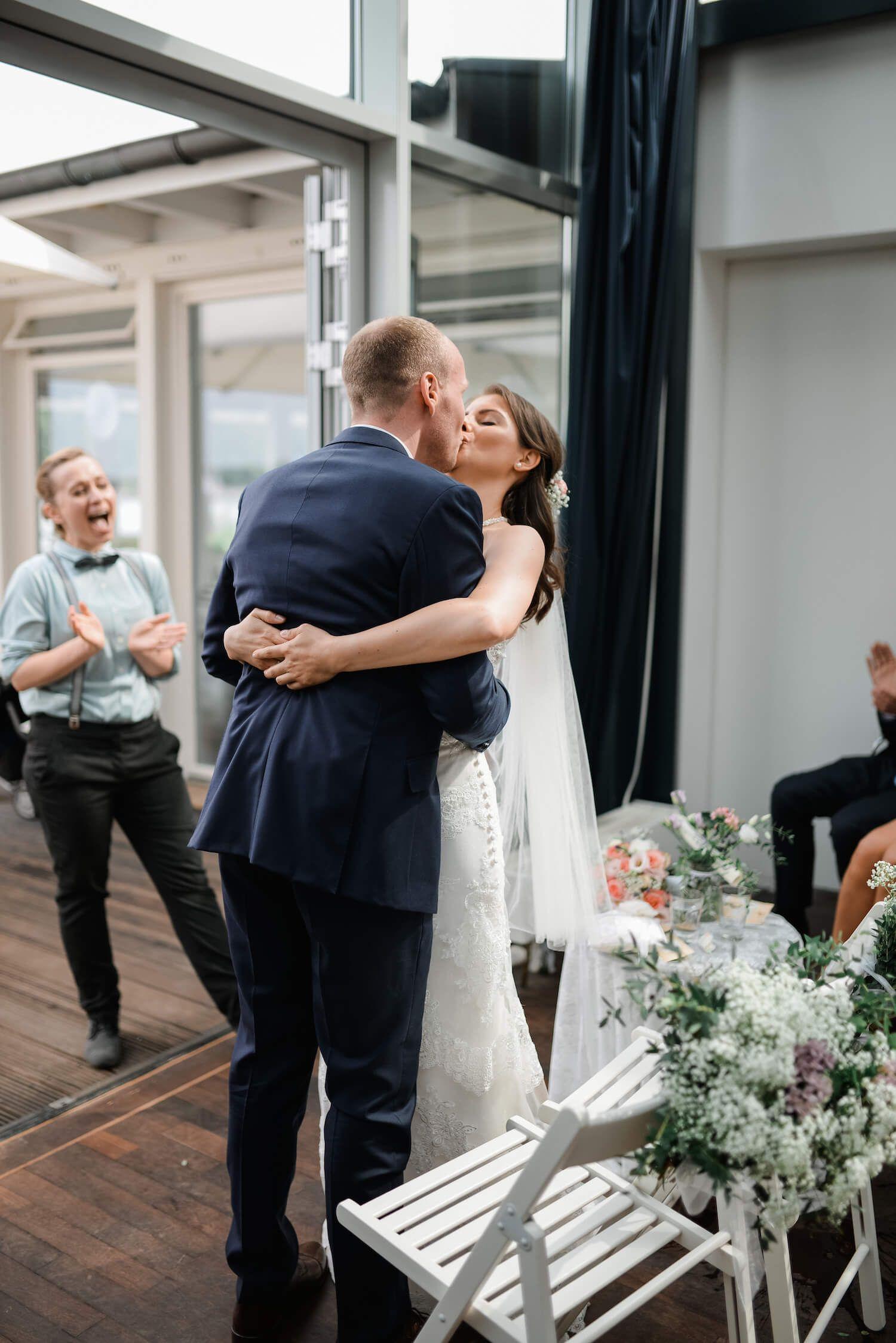 Sabrina Und Bjorn Hochzeit Im Ruderclub Favorite Hammonia Hamburg Hochzeit Hochzeitsportraits Kleid Hochzeit
