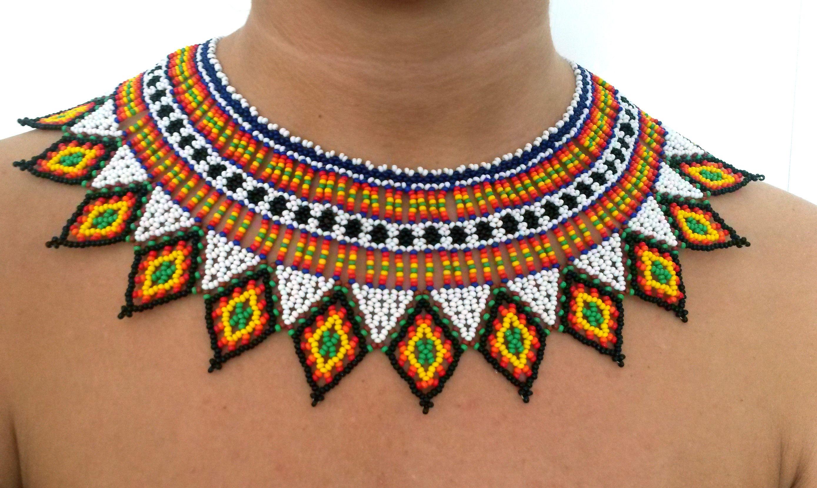 53eb3c56baad collar de piedras chaquiras realizado por la tribu Embera de Colombia.