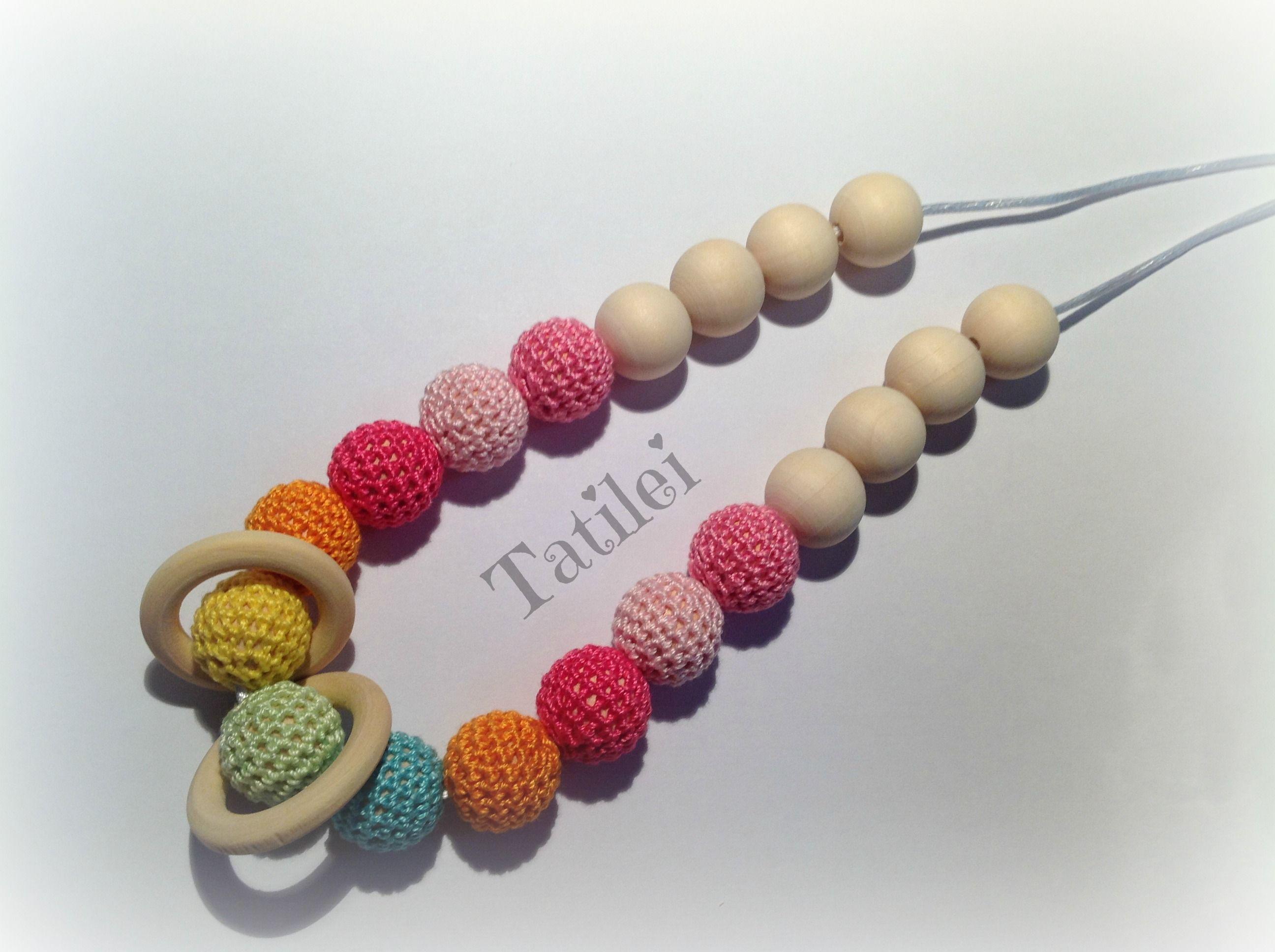 Collar de lactancia con aro forrado de ganchillo, bolas forradas de ganchillo y una famenca, todo combinado con bolas de colores y naturales