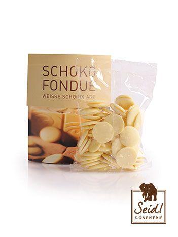 Schoko Fondue Weiße Schokolade, 200g  Ganz in weiß: Man sagt, weißes Schokoladen-Fondue harmoniere wegen seiner Süße bestens mit saueren Früchten. Das stimmt natürlich nicht, denn weißes Schokoladenfondue passt zu jeder Frucht, und zwar immer wie angegossen.  https://www.seidl-confiserie.de/produkt/schoko-fondue-wei%C3%9Fe-schokolade-200g