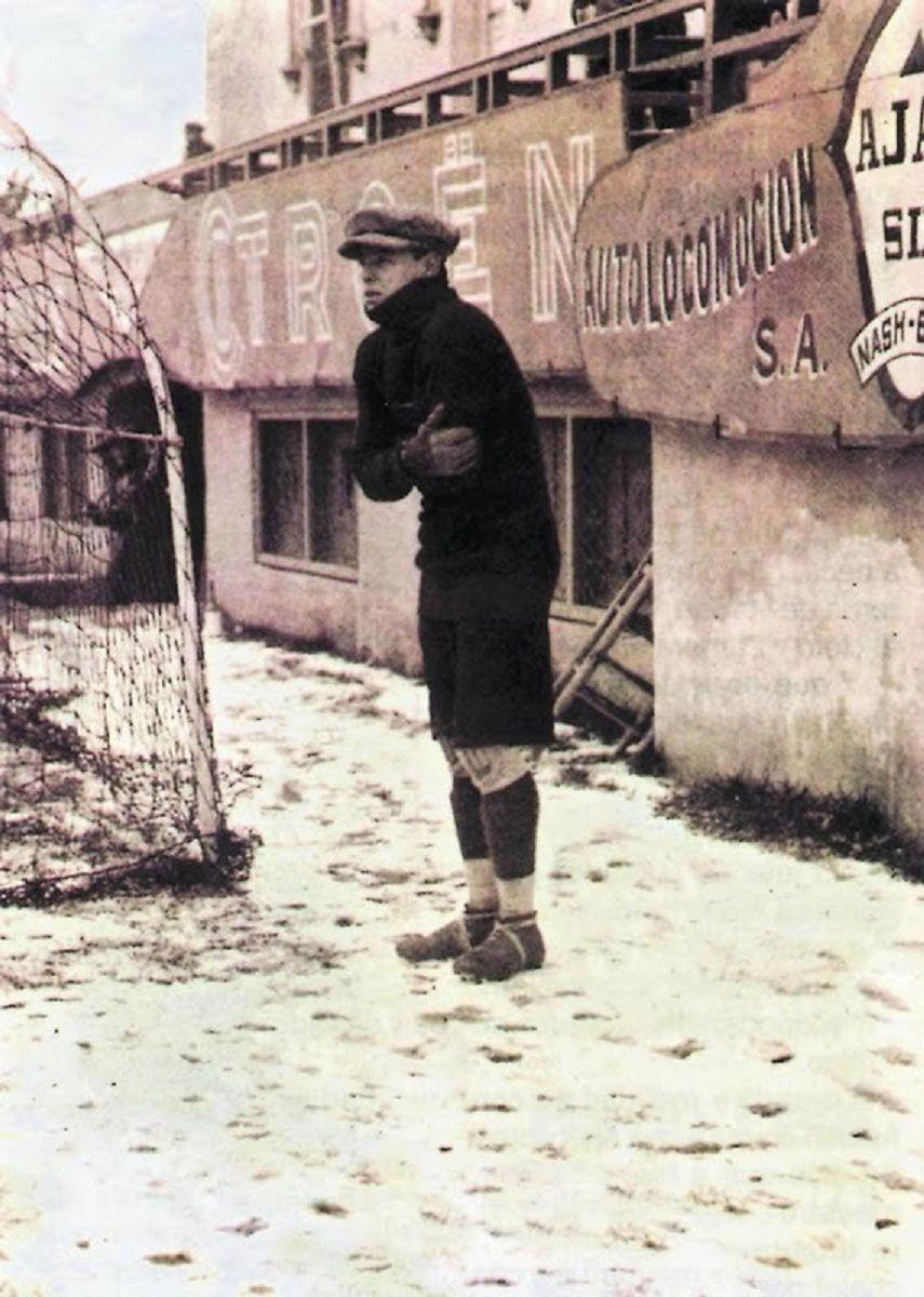 """""""El Divino"""" Zamora, titiritando de frió antes de un partido en un campo cubierto de nieve. 1923"""