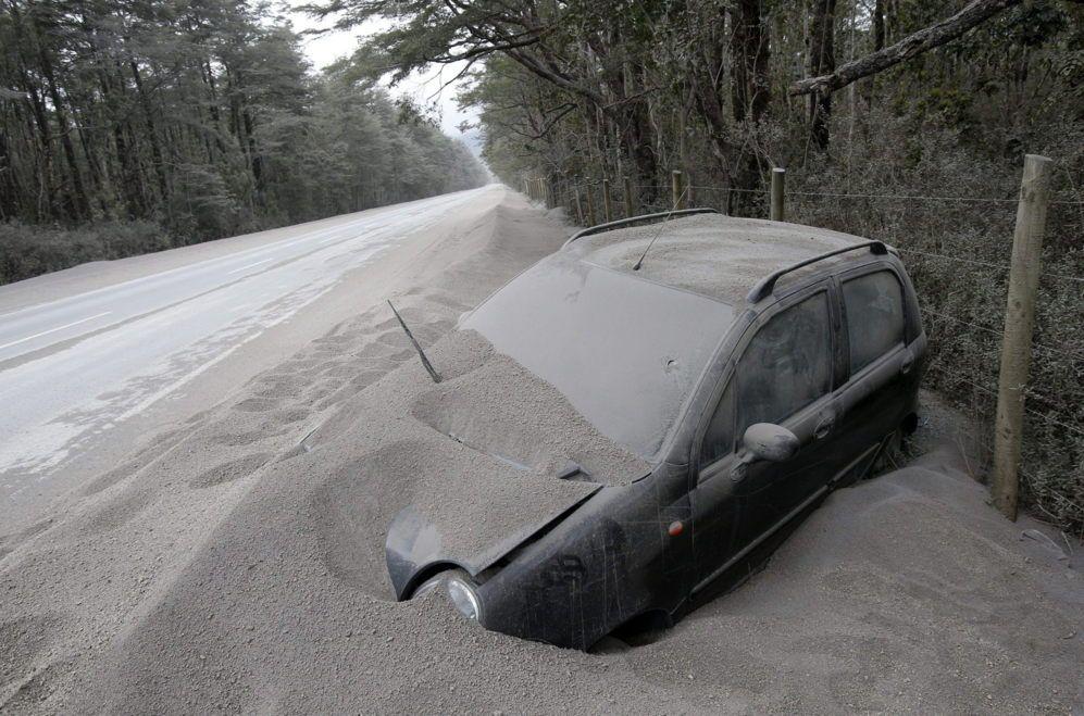 Un vehículo permanece cubierto de ceniza tras la erupción del volcán Calbuco, al sur de Chile.