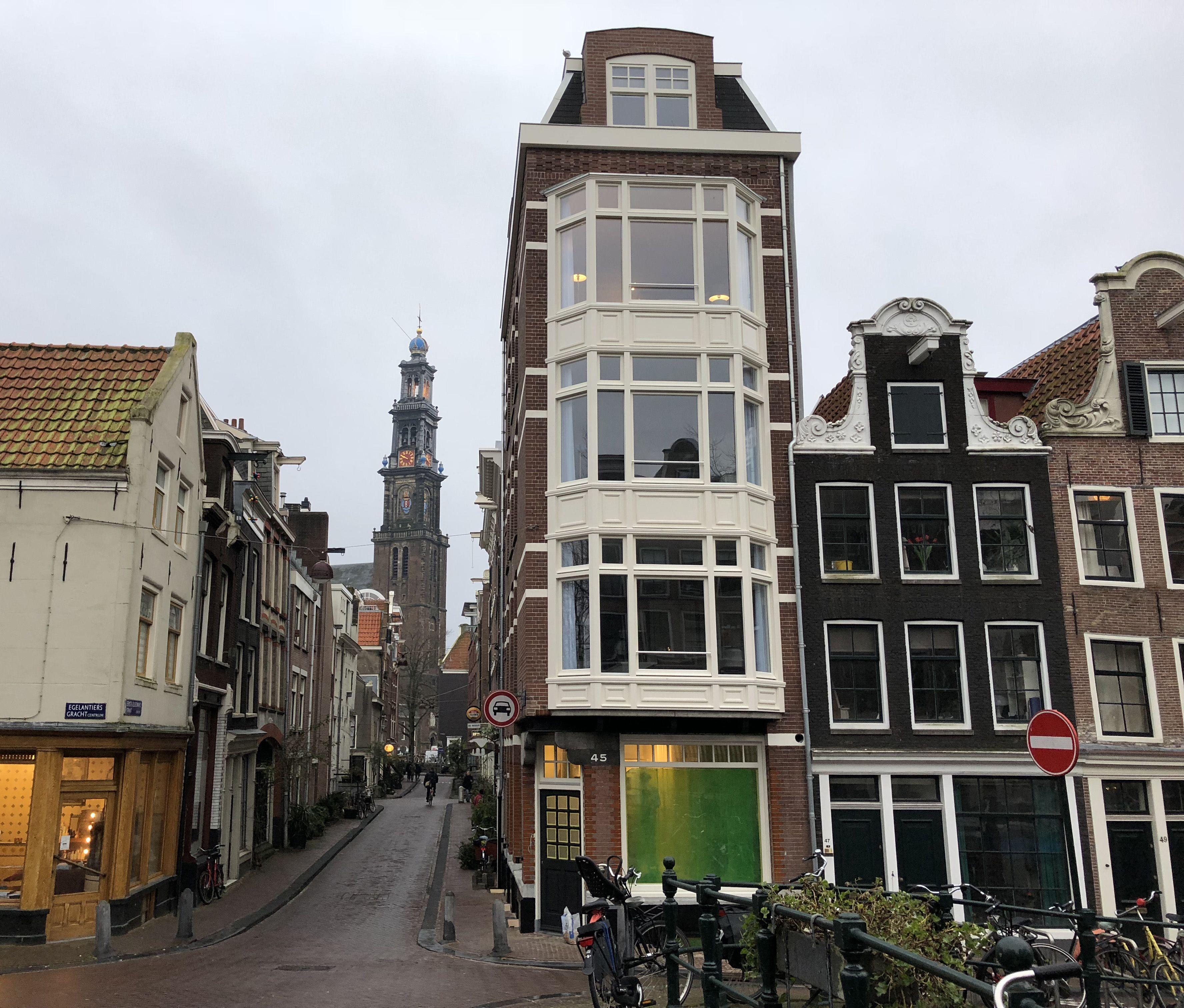 Amsterdamse gevel grachtenpand in oude stijl hersteld.