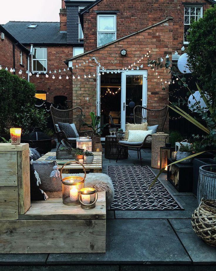 Photo of Atemberaubende und gemütliche Terrasse mit DIY Palettensofas und Girlandenlichtern #patio #ga…