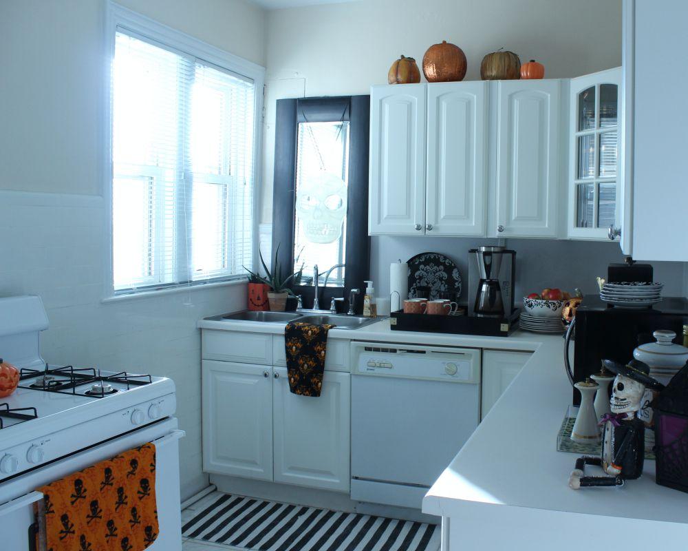 Vintage Spooky Chic   Halloween Decor White kitchen, black mirror - black and white halloween decorations