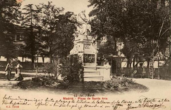 Estatua a Calderón de la Barca en la plaza de Santa Ana