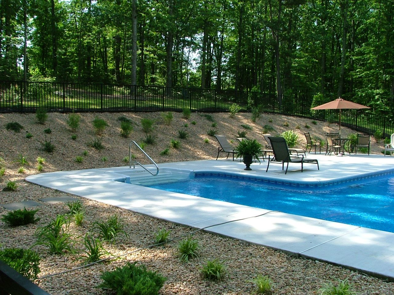 I Have An Uphill Slope In My Backyard This Looks Nice The Other Option Are Walls Which Can Get Expensive Sloped Backyard Backyard House Landscape