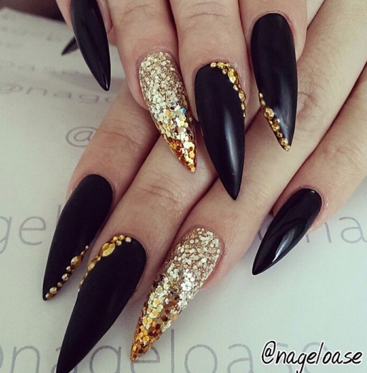 black and gold glitter nails nail art pinterest nagelschere nageldesign und fingern gel. Black Bedroom Furniture Sets. Home Design Ideas
