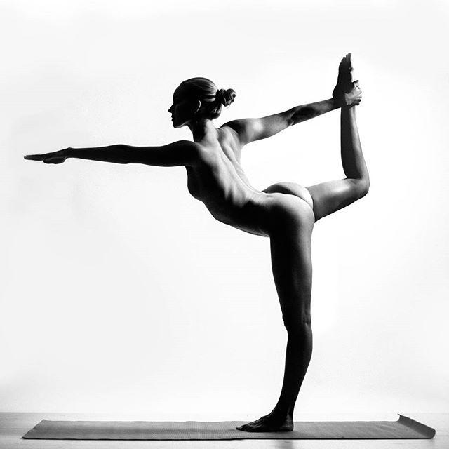 nude-white-girl-yoga