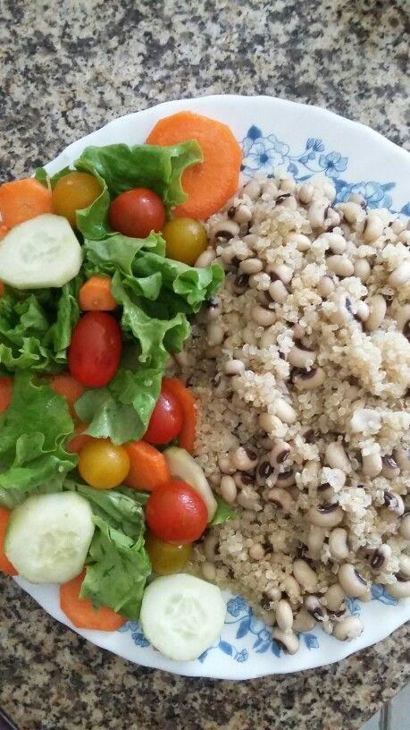 Salada com quinoa e feijão frade