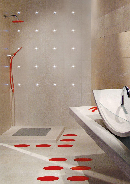 un bagno moderno illuminato con faretti led da incasso bianchi