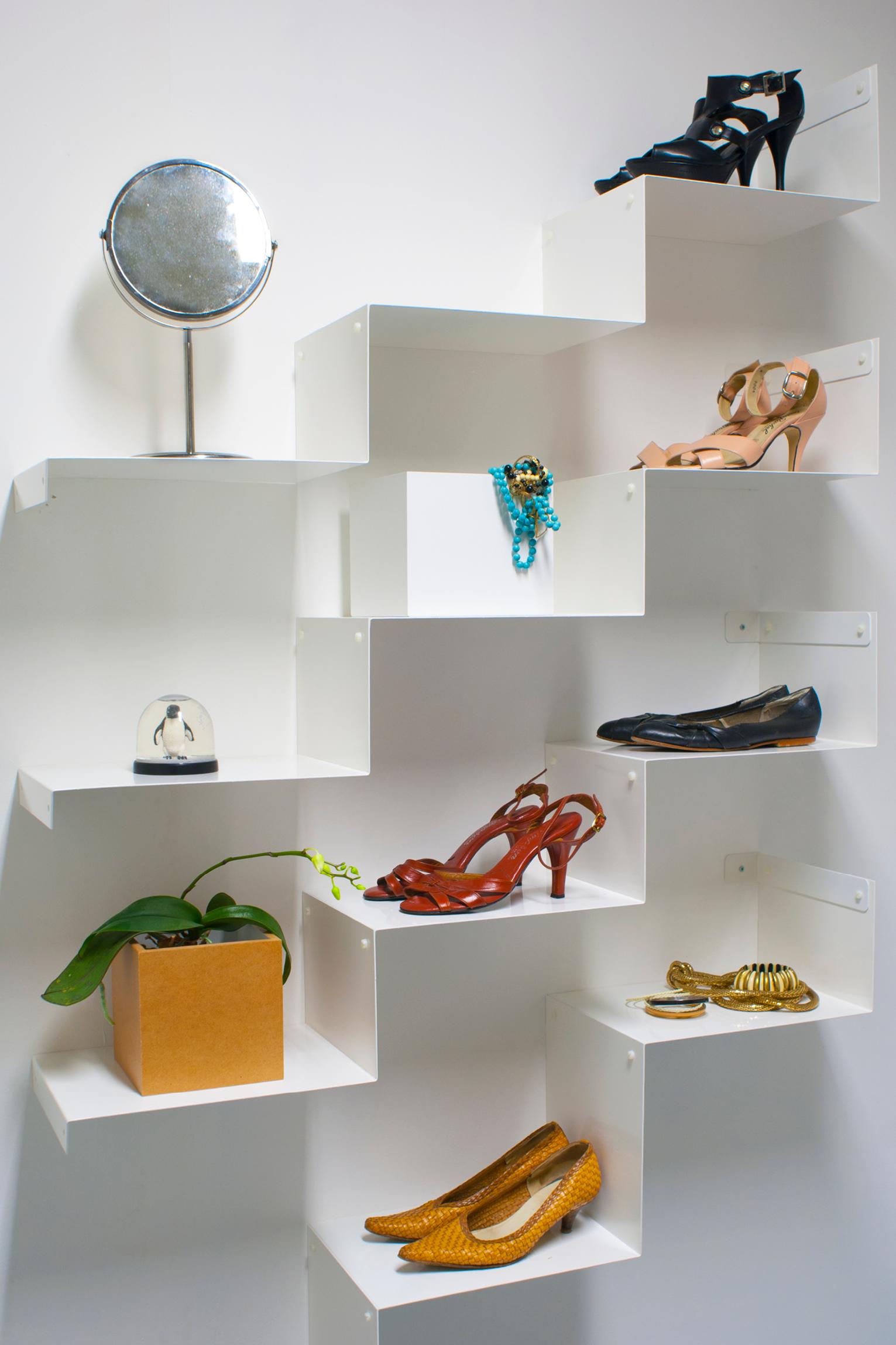 Pidä tavarat järjestyksessä tämän kauniin Cloud Steps -säilytysjärjestelmän avulla. Jokaisessa setissä on yhteensä 12 askelmaa jotka sopivat monipuolisiin säilytystarpeisiin. Laita hyllyyn esille suosikkiesineitäsi, kirjoja, elokuvia tai esimerkiksi kauneimmat kenkäparisi.
