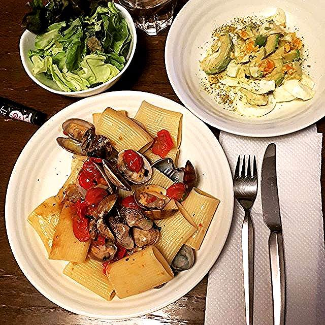 いただいたパッケリを食べてみたリングイーネの気分じゃなかったので Paccheri vongole e pomodorini Avocado e uova e Insalata verde  #keikoswashoku #keikomme #foodie #delicious #yummy #foodporn #italia #cucina #mediterraneo #healthyfood #cooking #ケイコ飯 #ヘルシー #イタリア #料理 #美味しい  #手作り #FB #pin #cena #dinner #晩飯 #paccheri