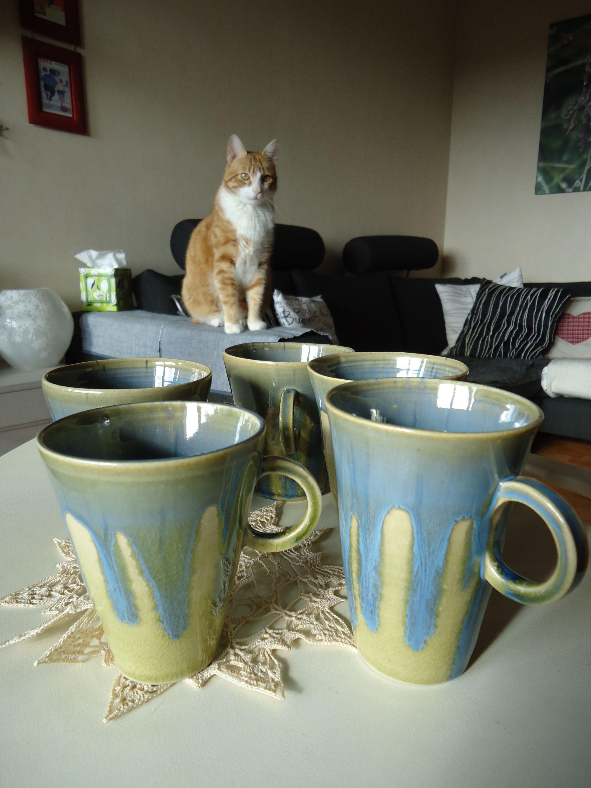 """Série de mugs bleu et """"taupe"""" sous l'oeil bienveillant de chatchat... :)"""