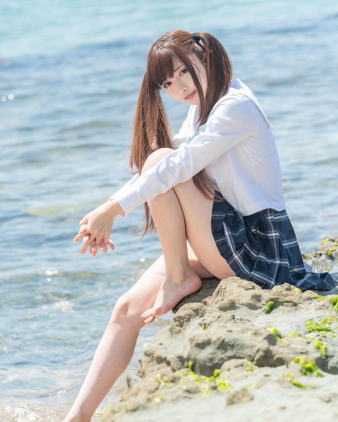 制服美少女 抱膝坐海邊💞