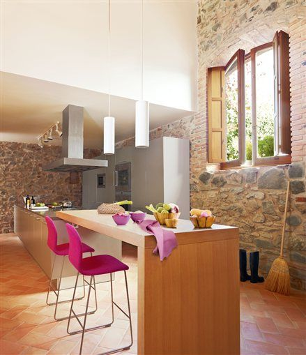 Cocina con gran isla y barra de madera islas de cocinas for Barra cocina madera
