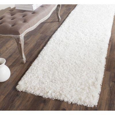 "Safavieh Malibu Hand-Tufted White Area Rug Rug Size: Runner 2'3"" x 7'"