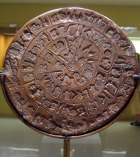"""史上五件最神秘的古物 或是失落文明的证据它们被一些人看作是外星人造访地球、时空旅行者以及""""亚特兰蒂斯""""这样的失落文明的证据:它们的存在似乎是向我们证明,有些古代民族的文化远比我们想象的先进。以下就是史上五件最神秘的古物。 都灵裹尸布   """"都灵裹尸布""""是一块显示一男子有遭受十字架钉死痕迹的麻布,自中世纪首次发现以来,便一直"""