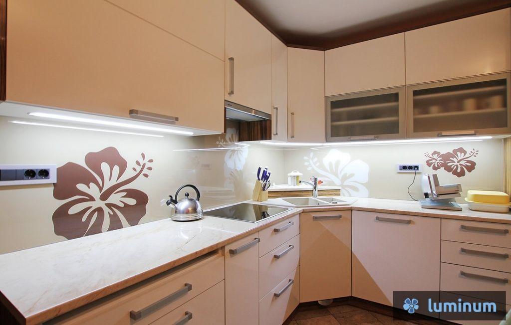 Cvetovi hibiskusa na steklenem kuhinjskem panelu | Kitchen ...