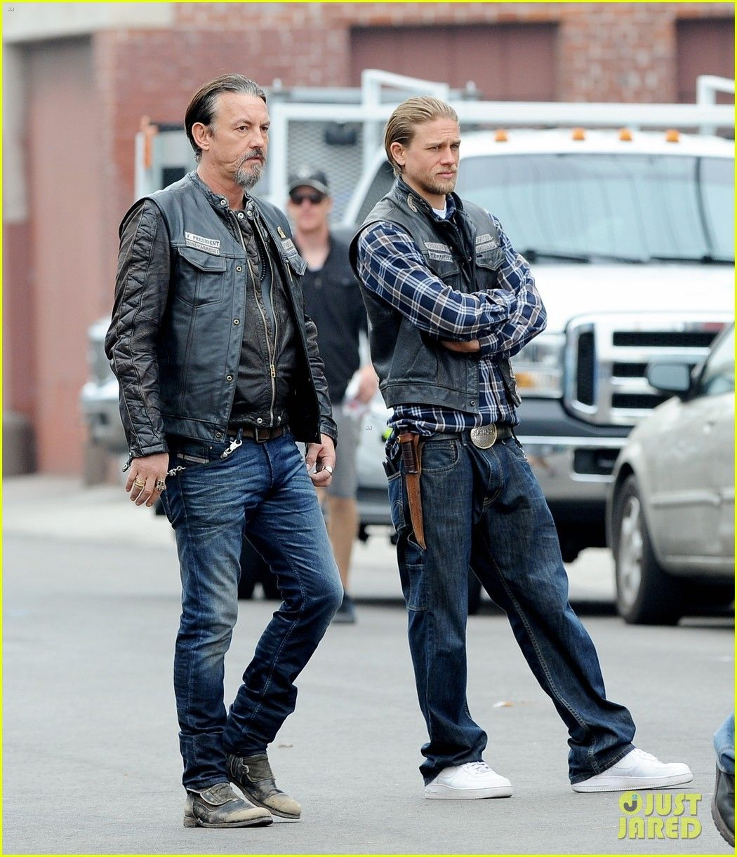 Charlie Hunnam Rocks Plaid While Shooting Scenes For The Last Episodes Of His Hit Show Sons Of Anarc Sons Of Anarchy Samcro Sons Of Anarchy Jax Sons Of Anarchy