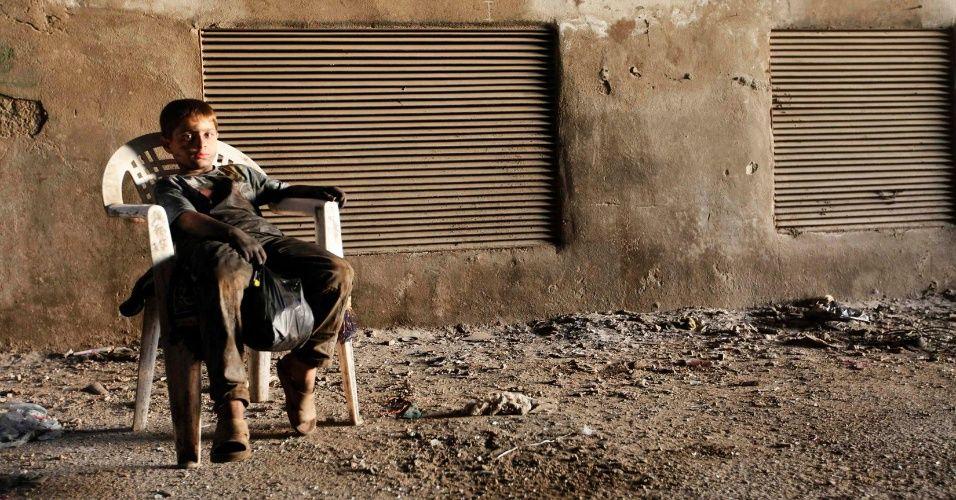 Garoto de 10 anos trabalha em fabricação de armas para rebeldes na Síria - Fotos - UOL Notícias