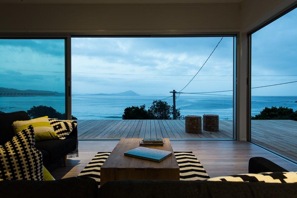 海沿いのウッドデッキテラスの曇りの朝 Jpg 岩の家 沖縄 住宅 海辺