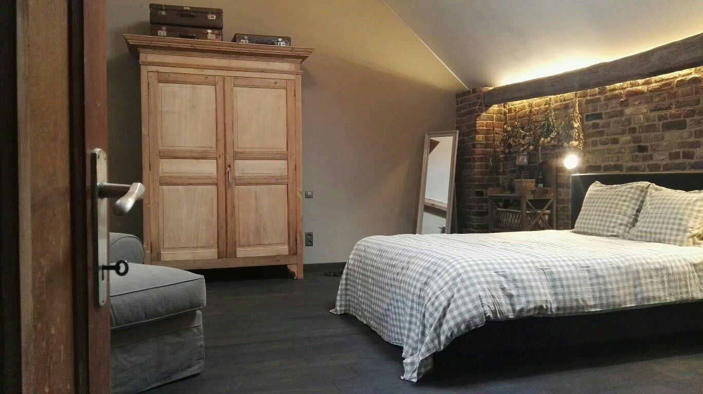 Houten Slaapkamer Meubels : Landelijke romantiek in de slaapkamer met ruwe bakstenen donkere